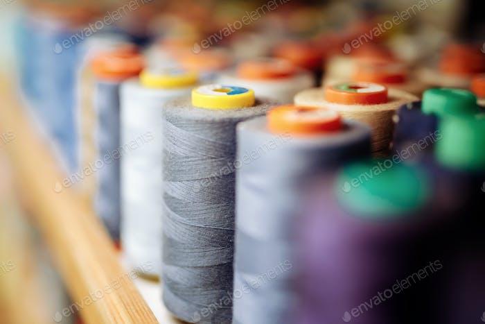 Bunte Fadenspulen in der Stoffindustrie verwendet