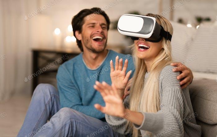 Millennial Paar erleben Virtual Reality zu Hause