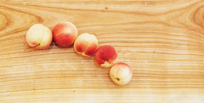Schöne süße reife Aprikosen an Bord.