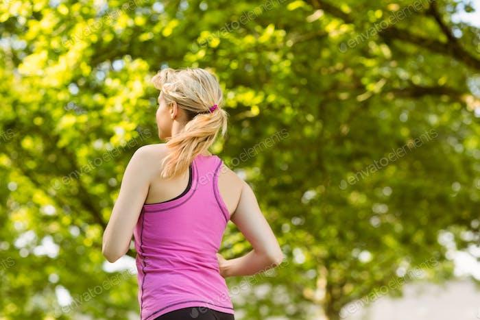 Fit blonde Joggen im Park an einem sonnigen Tag
