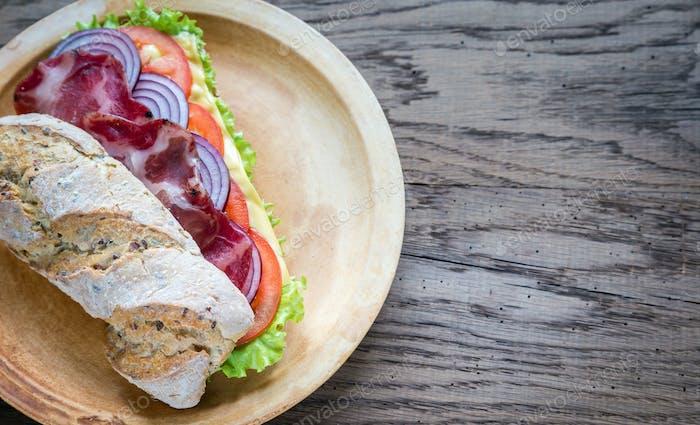Thumbnail for Sandwich mit Schinken, Käse und frischem Gemüse