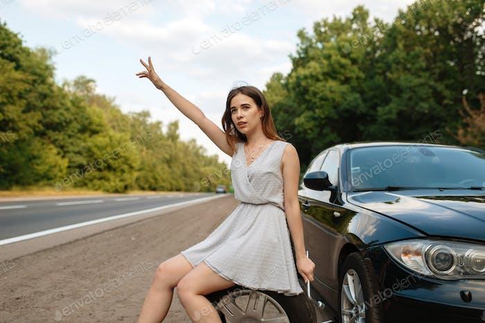 Autopannung, junge Frau Abstimmung auf der Straße