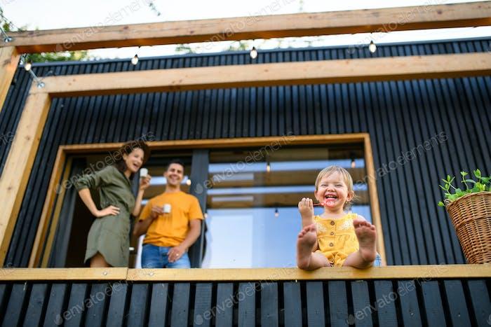 Low-Winkelansicht der Familie mit kleiner Tochter im Freien, Wochenende weg in Container-Haus in