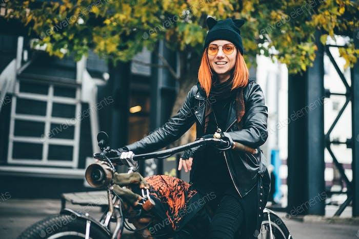 Rote Haare Frau im schwarzen Rock-Stil Lederjacke in der Herbststadt