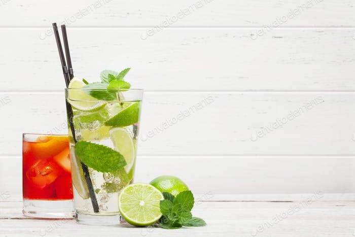 Zwei klassische Cocktailgläser