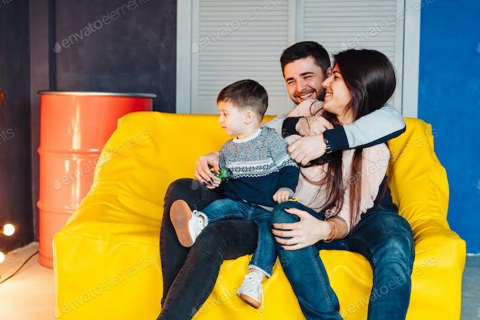 Junge Familie mit Spaß