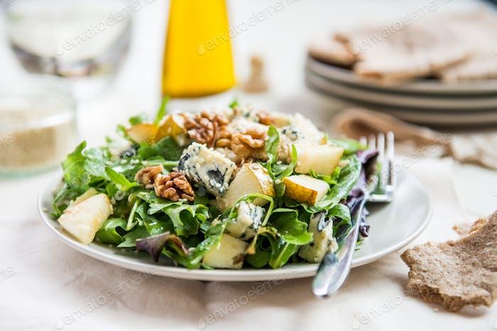 Grüner Salat mit Birnen, Blauschimmelkäse, Walnüsse