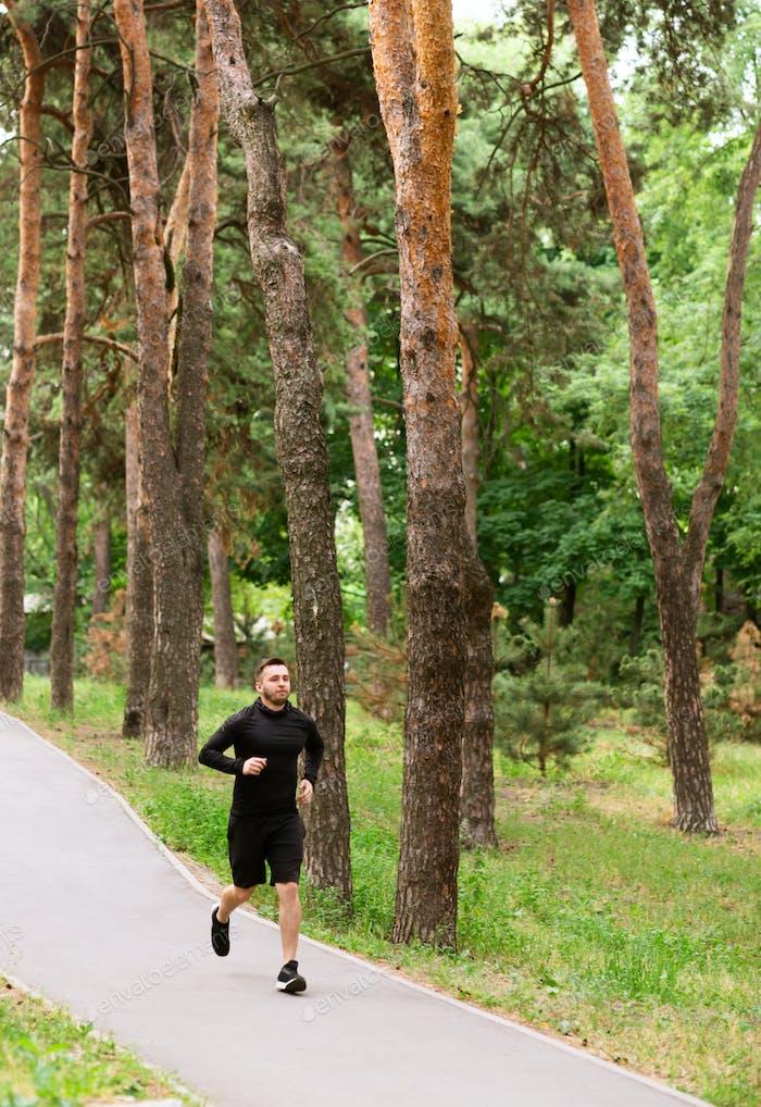 Мужской бегун бег на дороге, упражнения на открытом воздухе