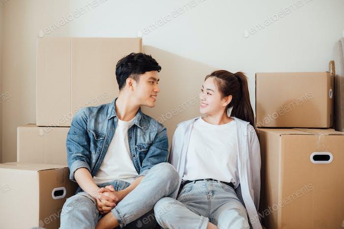 jóvenes pareja moviendo cajas en nuevo hogar