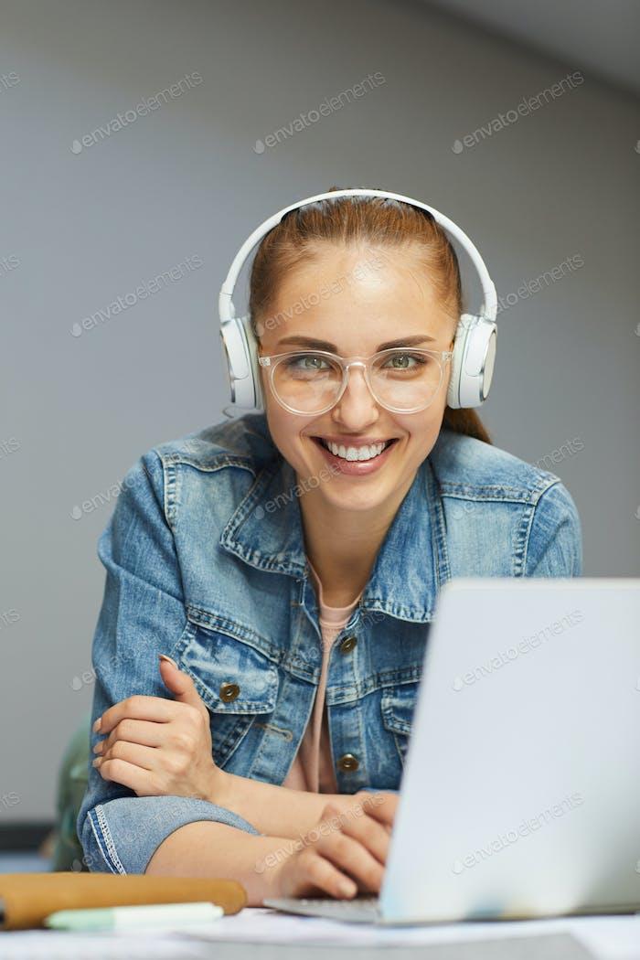 Fröhlicher Student in Kopfhörern