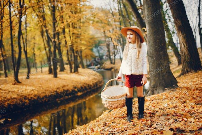 Pequeño linda en un Parque de otoño
