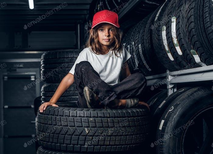 Porträt eines Mädchens in dunkler Reifenlagerung