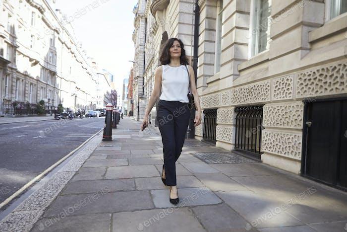 Frau zu Fuß auf der Straße, volle Länge