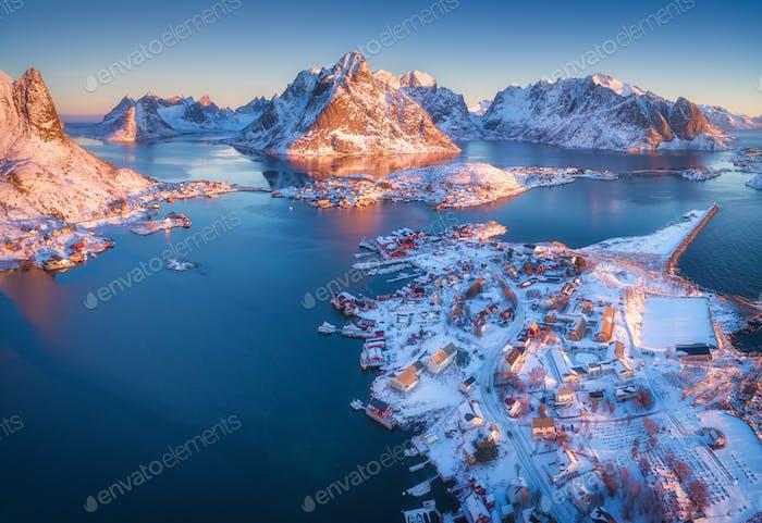 Luftaufnahme von Reine bei Sonnenaufgang im Winter in Norwegen. Ansicht von oben