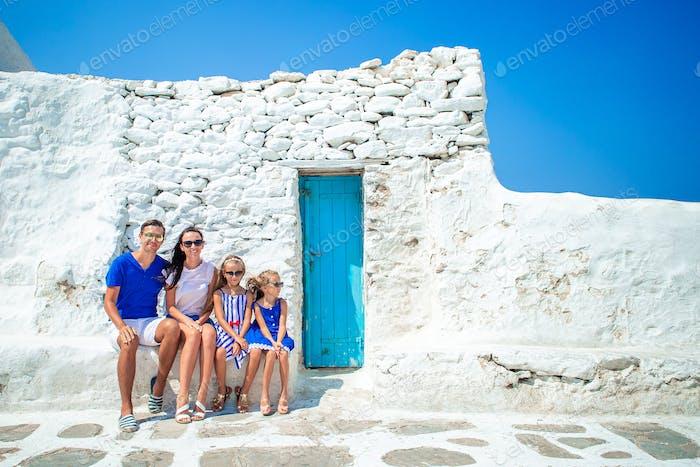 Familie mit Spaß im Freien auf Mykonos Straßen