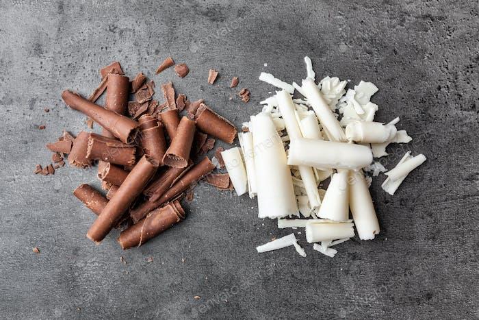 Köstliche Schokoladen-Swilrs auf rustikalem Hintergrund