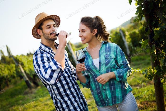 Porträt von glücklichen Menschen verbringen Zeit im Weinberg