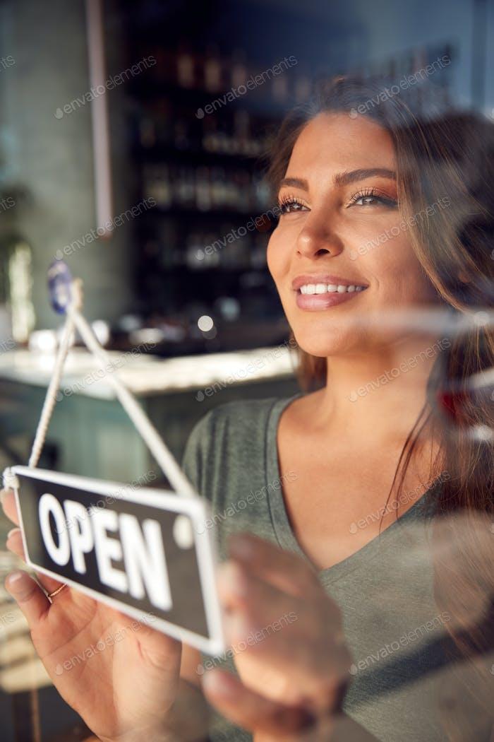 Weibliche Besitzer von Start Up Coffee Shop Oder Restaurant Drehen Runde Offene Schild Auf Tür
