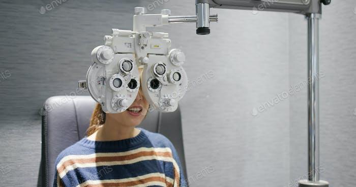Frau überprüfen ihr Auge in der Klinik