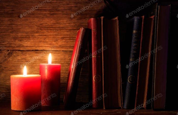 Vintage Bücher und Kerzen auf dunklem Hintergrund
