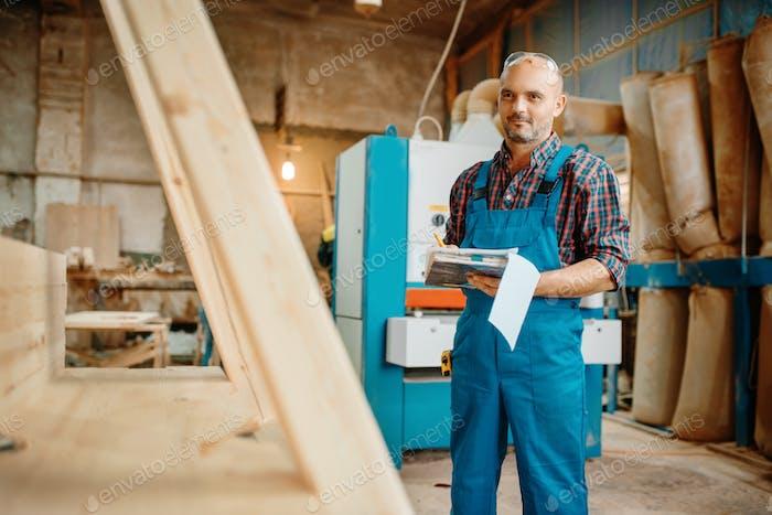 Tischler mit Notizbuch, Holzverarbeitung, Fabrik