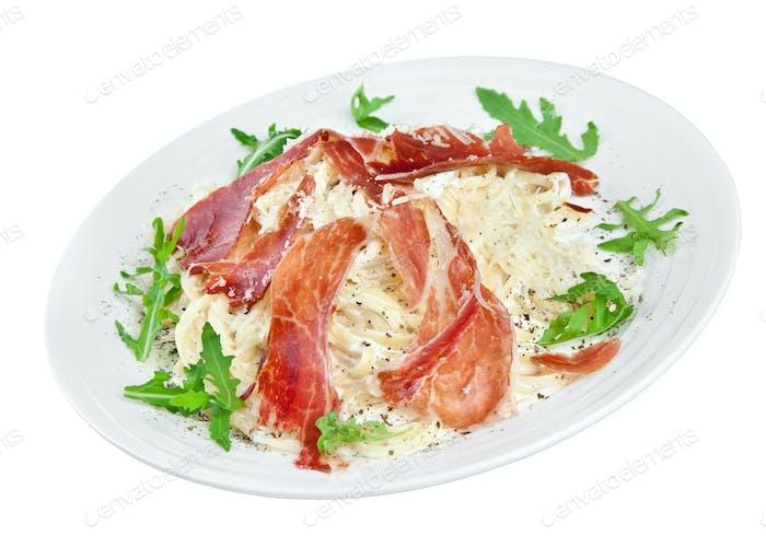 Appetitliche Nudeln mit Speck und Käse