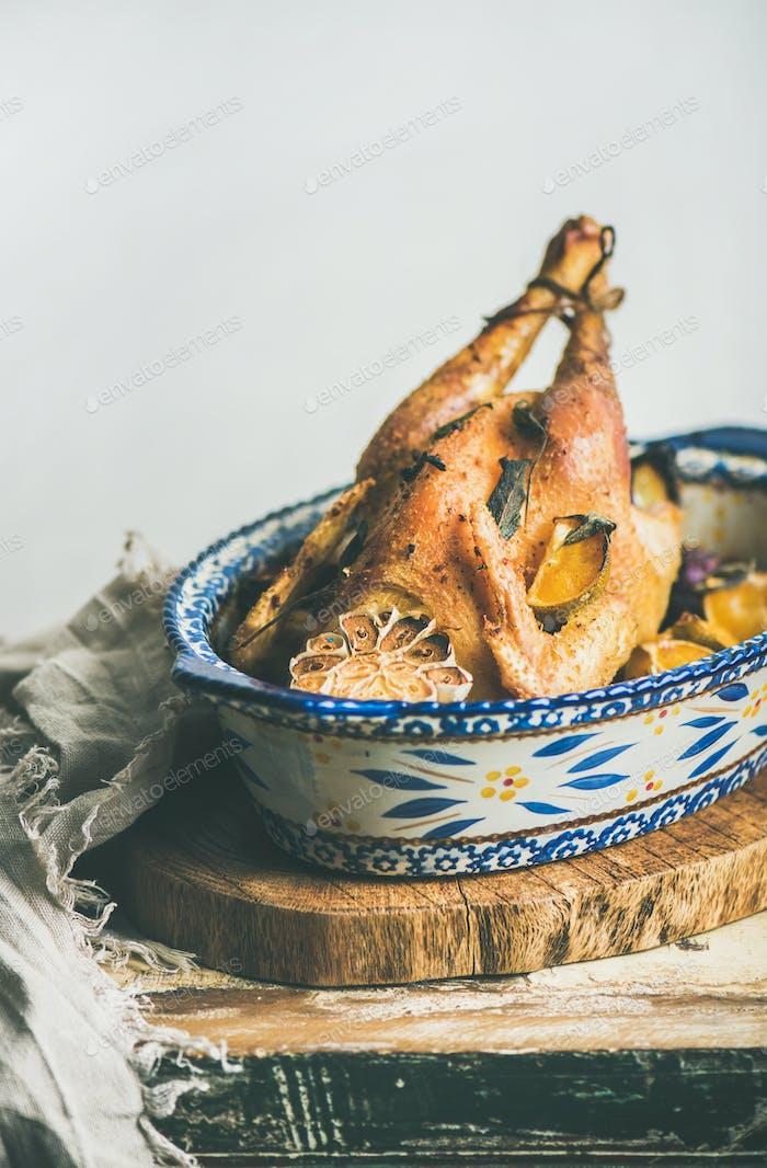 Pollo entero asado con ajo y naranjas para Navidad