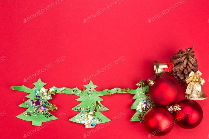 Weihnachtshintergrund mit niedlichen Tannenbaum-Artwork und Ornamenten.
