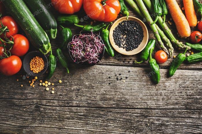 Verschiedene Gemüse auf hölzernem Hintergrund