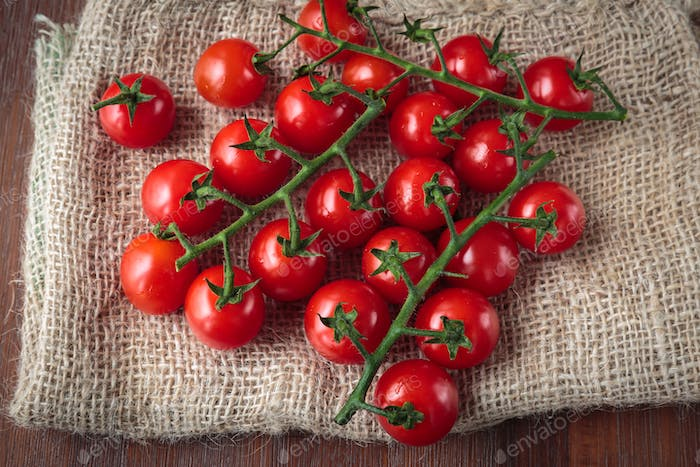 Fresh raw cherry tomatoes