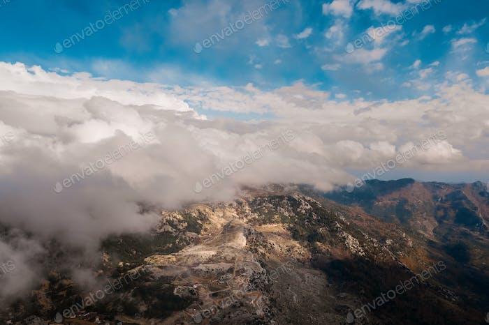 Luftaufnahme der Berge von Wolken