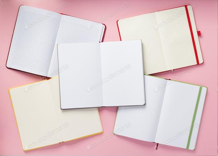 offenes Notizbuch auf abstraktem Hintergrund