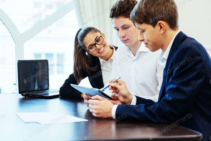 Группа студентов, обучающихся с помощью ноутбука
