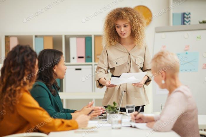 Geschäftsfrau präsentiert neue Geschäftsstrategie