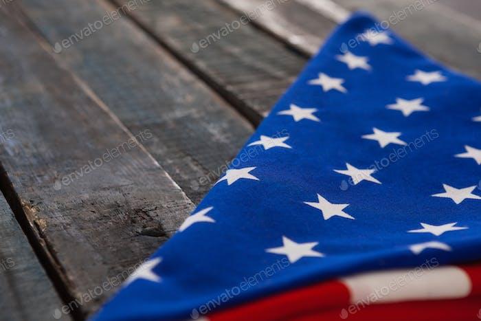 Gefaltete amerikanische Flagge auf Holztisch