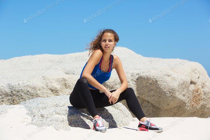 hermosa joven corredor Mujer Relajante en la Playa