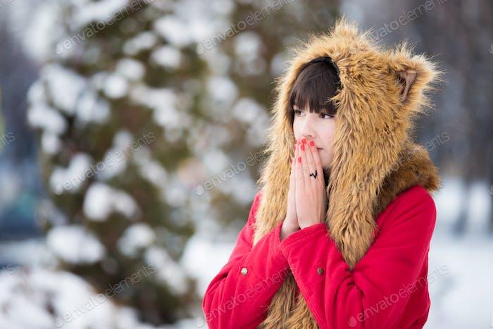 Frau zittert aus der Kälte im Freien im Winter