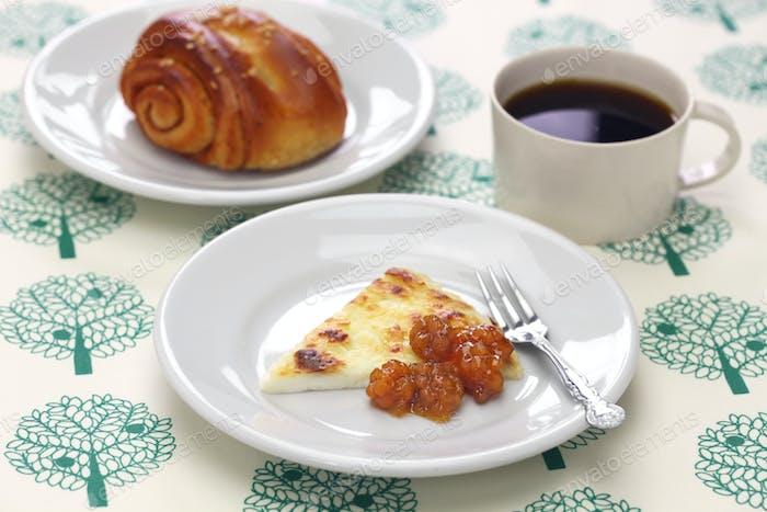 hausgemachter finnischer Quietschkäse mit Moltebeermarmelade, Kaffee und Zimtschnecke