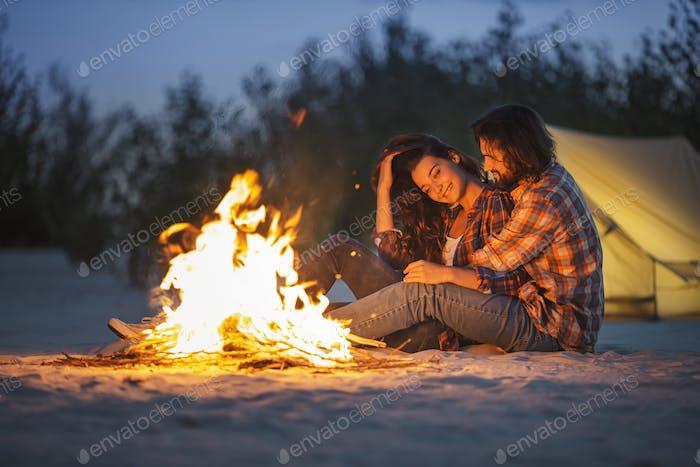 Paar Camping In der Nähe von Lagerfeuer