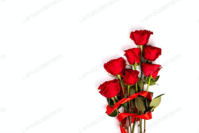 Roter Blumenstrauß von frischen Rosen. Traditionelles Geschenk Urlaub