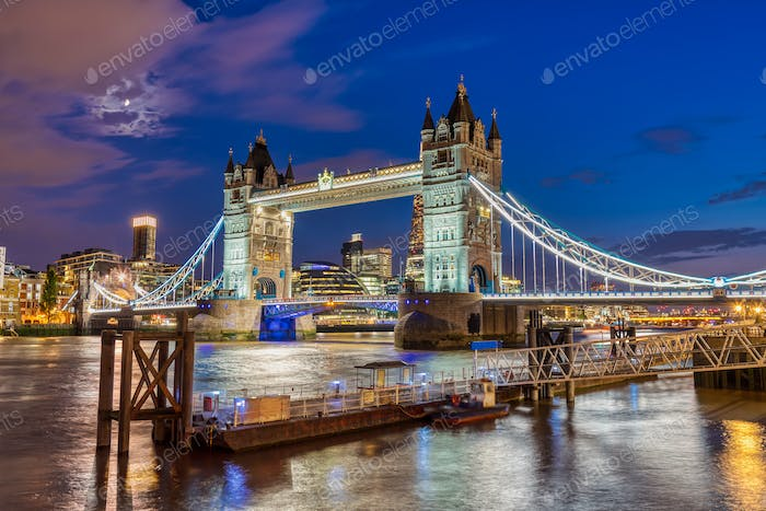 Die beleuchtete Tower Bridge in London, Großbritannien