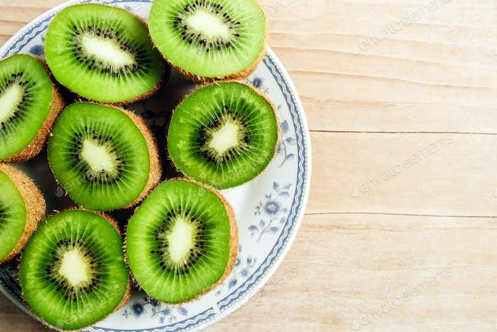 frische Kiwi auf Holztisch