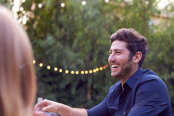 Mann Mit Bier Im Garten Zu Hause Mit Freunden Genießen Sommer Garten Party