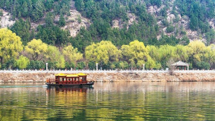 Blick auf Schiff in Yi Fluss und grünen East Hill