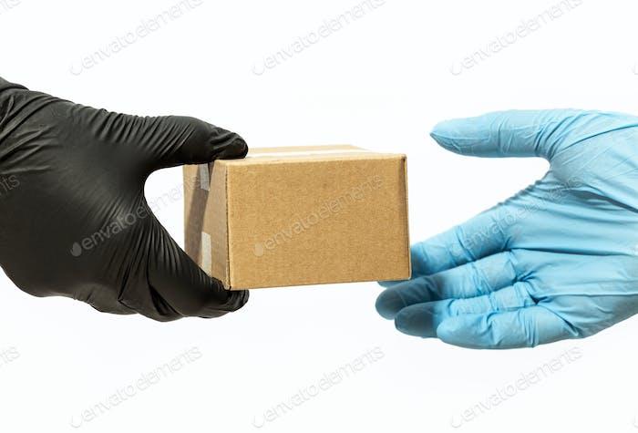 Lieferung nach Hause während Coronavirus COVID-19 Pandemiekonzept