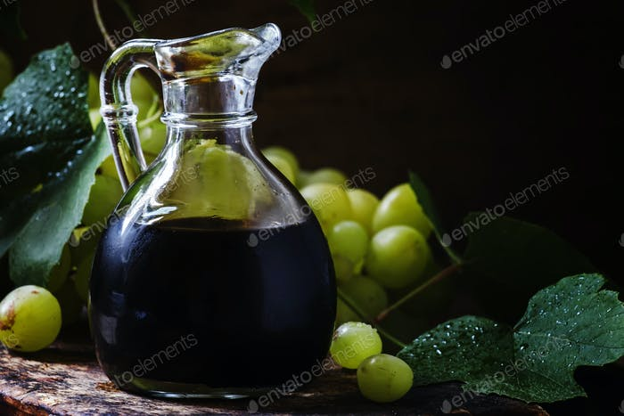 Balsamico-Essig in einem Glaskrug