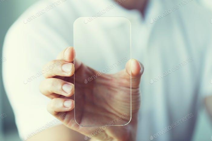 Nahaufnahme der männlichen Hand mit transparentem Smartphone