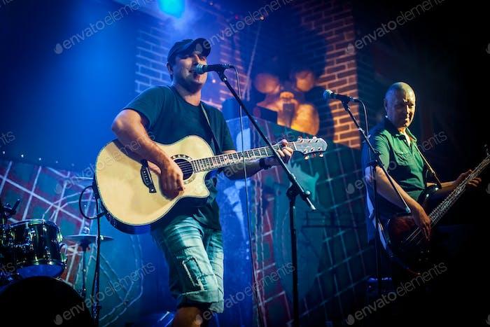Band spielt auf der Bühne in einem Nachtclub