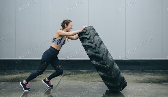 Sportlerin macht Cross-Training und hebt einen
