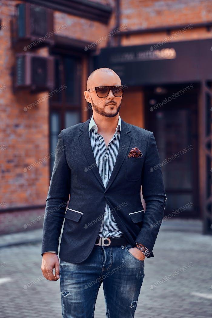 Привлекательный бизнесмен позирует для фотографа